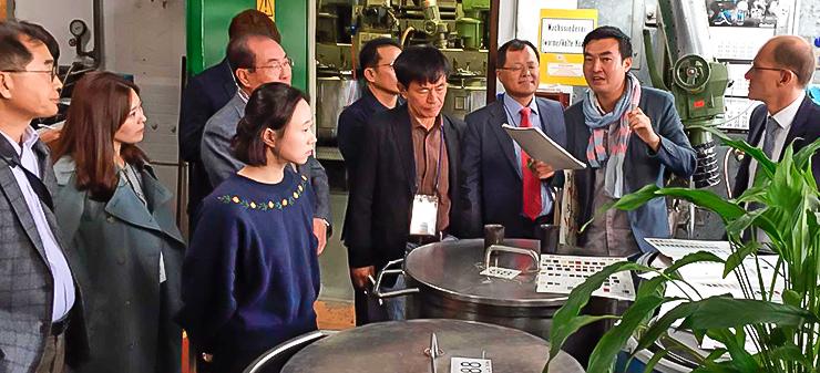 Die koreanische Delegation beim Rundgang durch die Fabrik