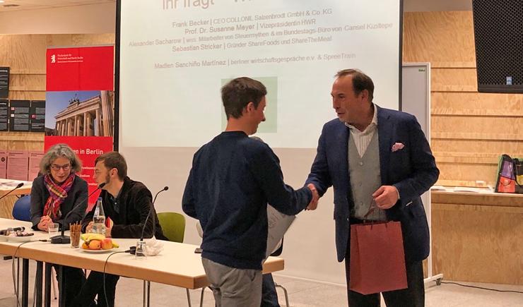 Frank Becker übergibt einem Schüler den Wirtschaftsführerschein